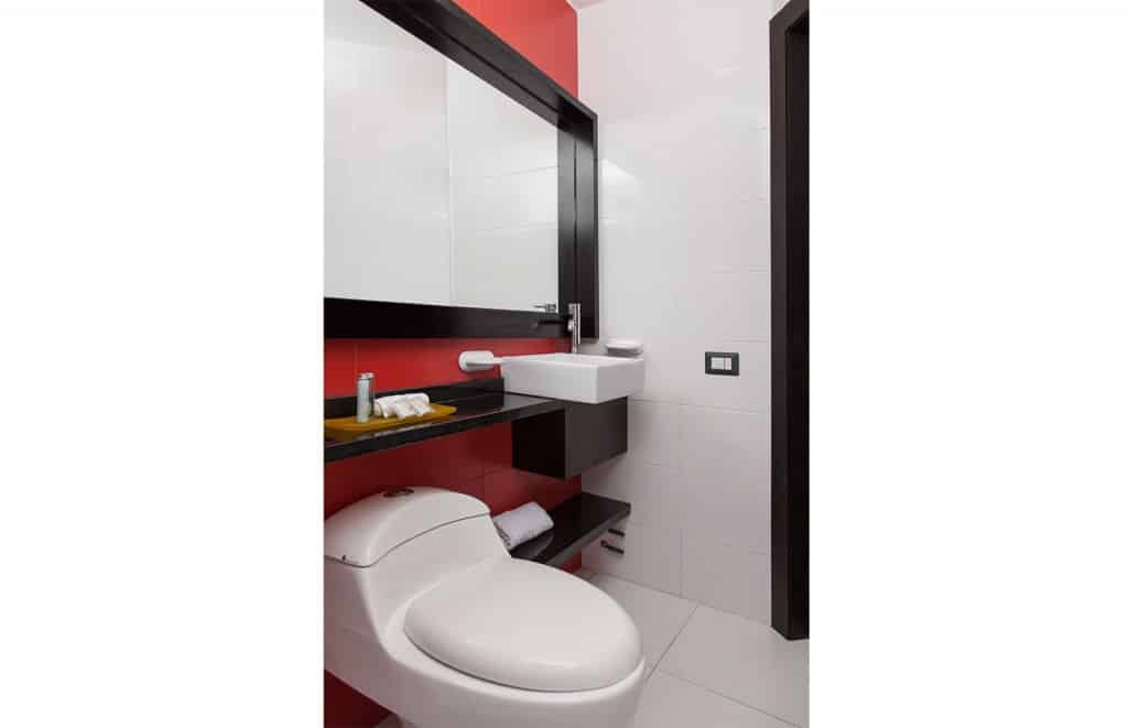 Bathroom double room in Hotel Finlandia Quito